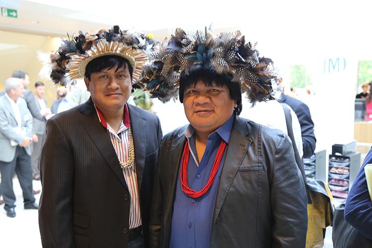Almir Surui (a direita)