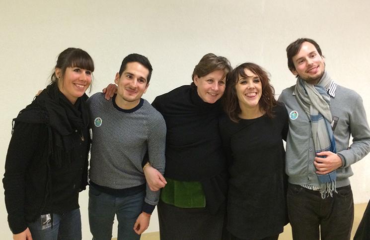 Les membres de l'association avec la chanteuse ZAZ, lors de son passage à Genève le mois passé.