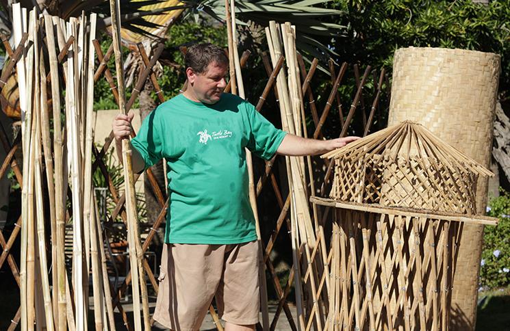 Assemblage des morceaux de bambou pour fabriquer les yourtes.