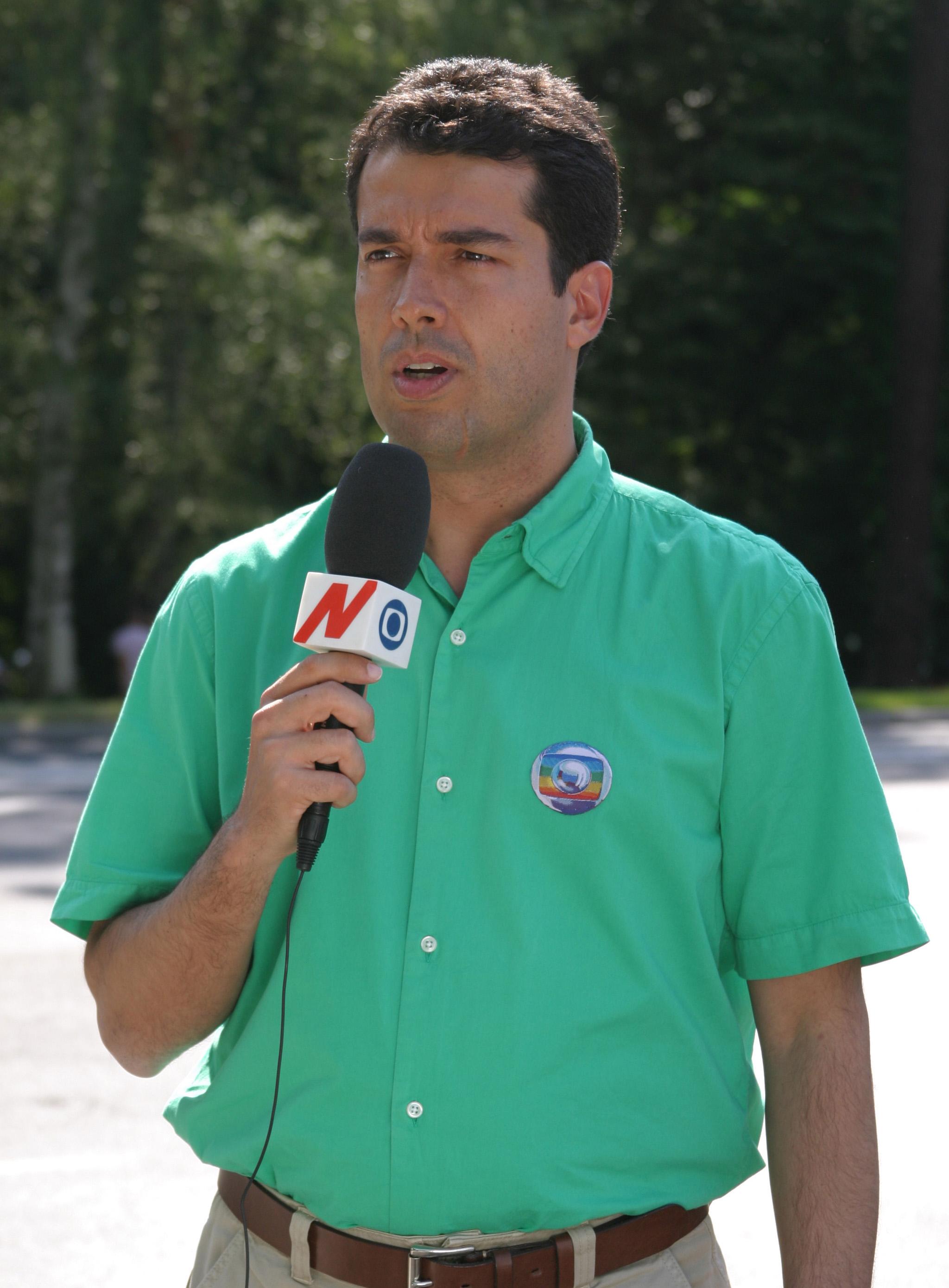André é conhecido como repórter e apresentador de TV