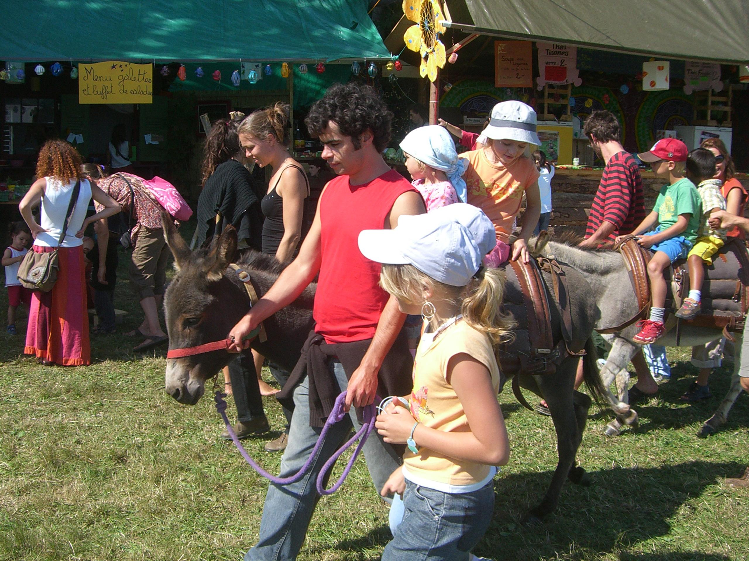 Les enfants font des ateliers et balades dans le festival