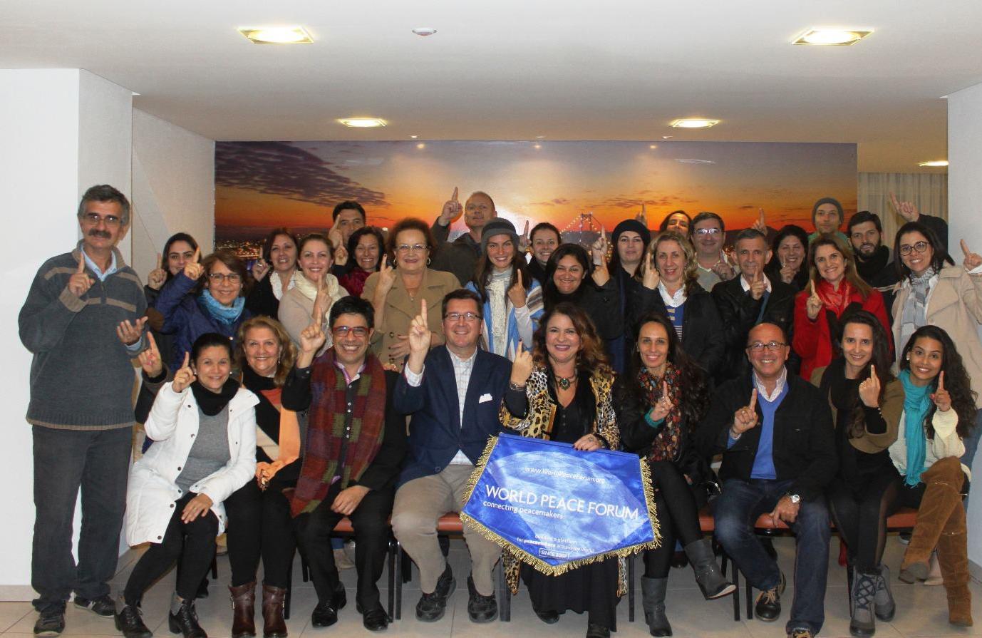 Voluntários reunidos para a realização do Fórum Mundial da Paz