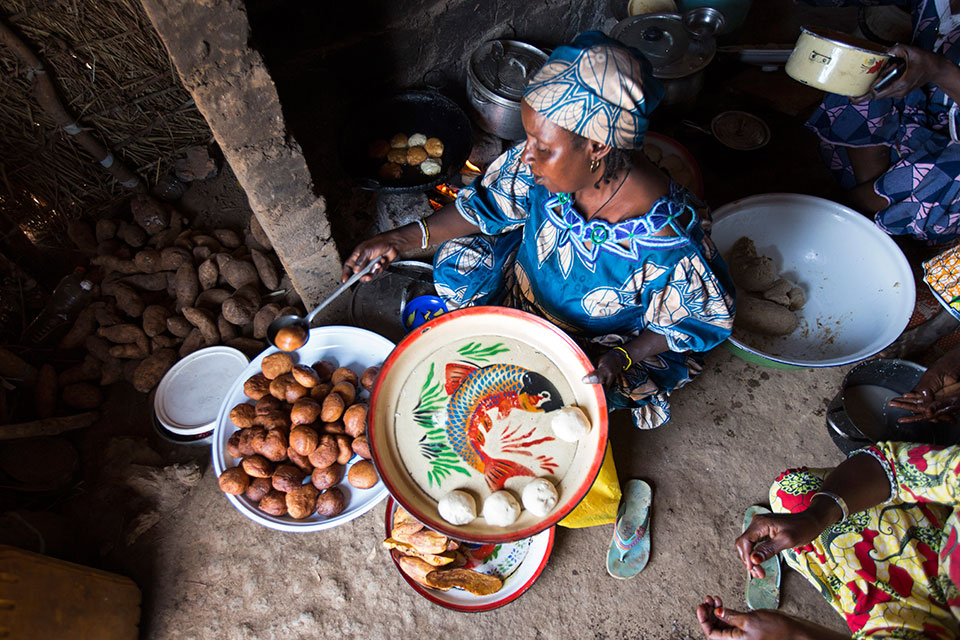 Woman prepares meals in a refugee camp in Cameroon