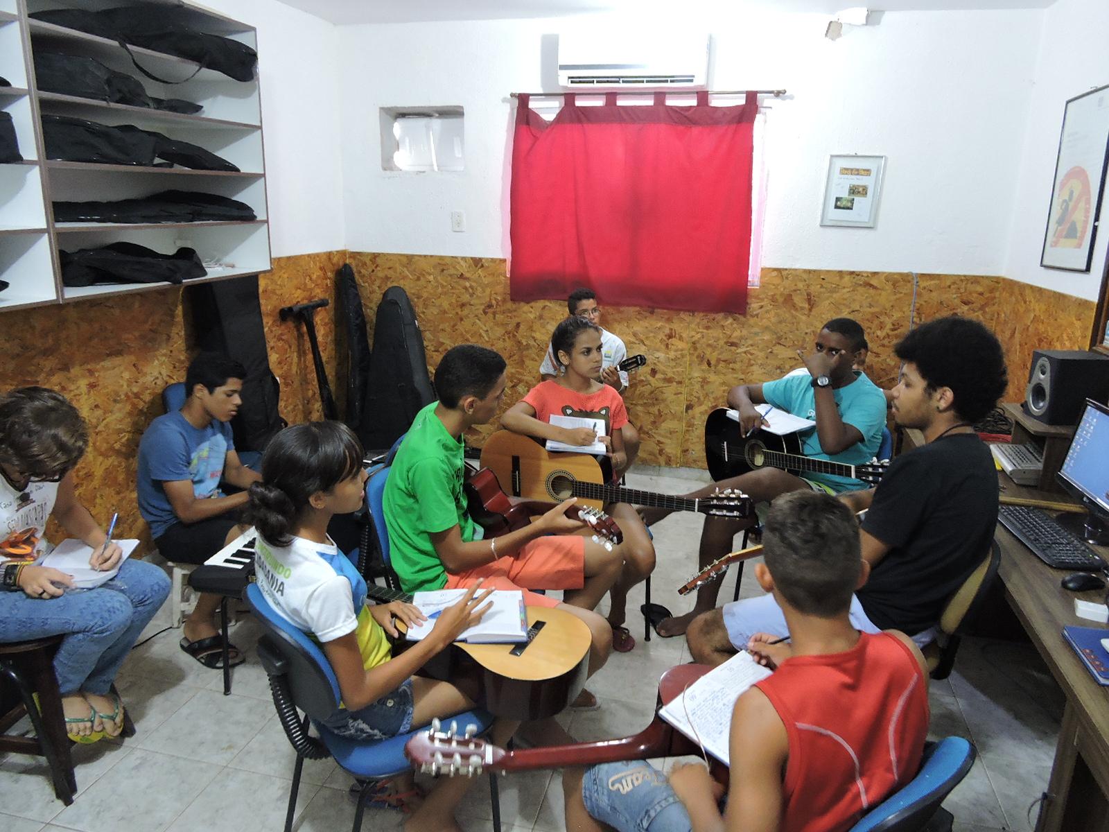 A organização faz parcerias para promover atividades variadas com as crianças