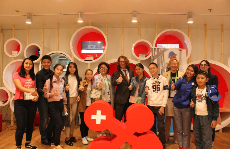 Horyou CEO and founder, Yonathan Parienti, with Swiss Pavilion visitors (Photo Swiss pavilion)