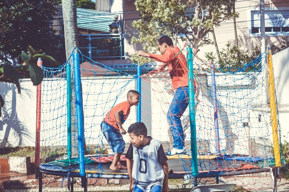 Crianças brincam em uma das festas organizadas pelo projeto